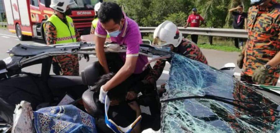 Lelaki maut, 2 cedera, kereta terbabas langgar lori ayam